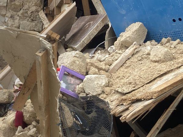 Des objets personnels dans les décombres.