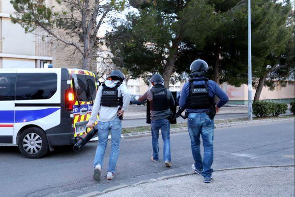 Les policiers ont installé un périmètre de sécurité à la suite de plusieurs tirs dans un quartier de Carpentras.