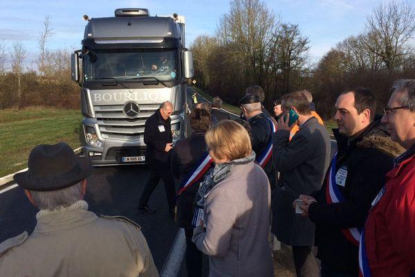 A Lathus Saint-Rémy (86), une cinquantaine d'élus a ralenti la circulation pour demander la poursuite du projet d'aménagement en voie rapide de la RN 147.