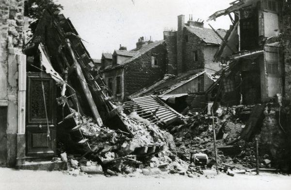 Vue des dégâts du bombardement du 19 mai 1940 aux 8 et 10 de la rue Saint-Marc, à Boulogne-sur-mer.