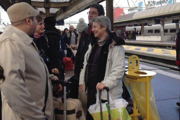 La maman d'Aurore (à droite de l'image) sur le quai de la gare avant son départ pour l'Ile Maurice- Dimanche 11/01/2014