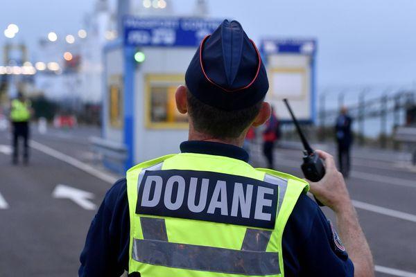 Les services des douanes ont découvrent douze personnes, cachées dans une camionnette le 22 décembre, à Ouisreham
