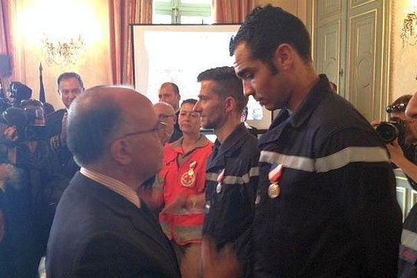 Nîmes : le ministre de l'Intérieur, Bernard Cazeneuve remet 14 médailles à des Gardois pour leurs actions lors des inondations de l'automne - 17 avril 2015.