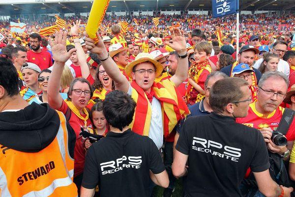 Les supporters catalans avaient aussi envahi le terrain à la fin du match