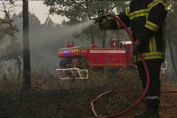 Les pompiers inondent la zone incendiée à Vagnas (07)