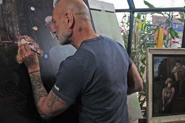 Gilles (de Pierre et Gilles) au travail dans son atelier
