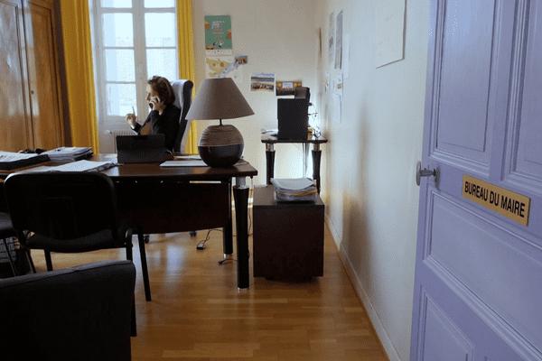 Virginie Guichard dans son bureau de Maire de Saint-Augustin des Bois (Maine-et-Loire)