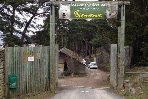 La clôture du parc scientifique, une petite partie du parc des loups, a été fracturée la nuit dernière.