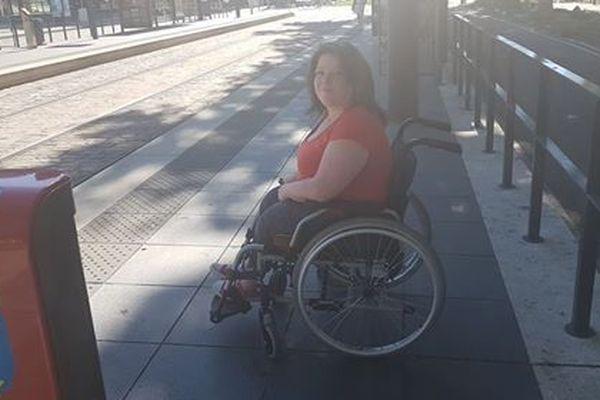Grâce à son fauteuil, Vanessa peut se déplacer seule.