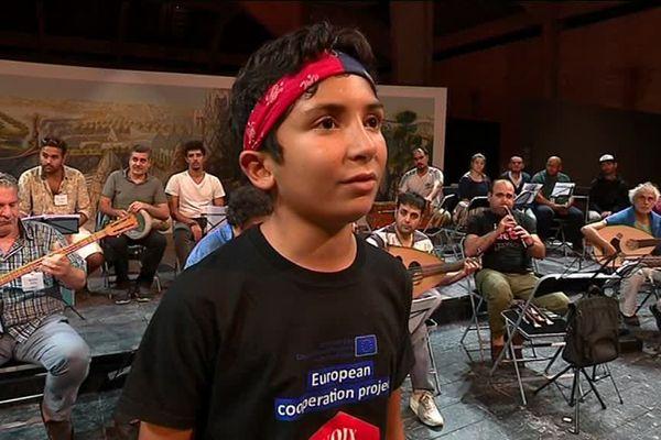 Yacine, élève de l'atelier de Vesoul, a été choisi pour chanter en solo.