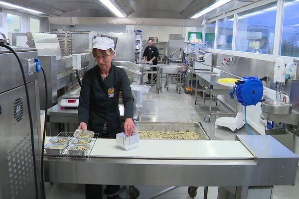 Les employés de la cuisine centrale de Millau en pleine préparation du menu du jour.