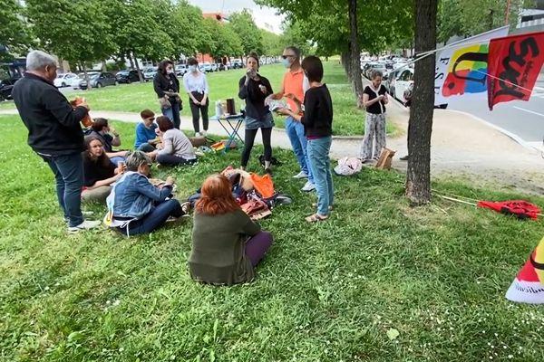 A Rodez les AESH en grève ont choisi de manifester leurs revendications en pique-niquant sur l'herbe.