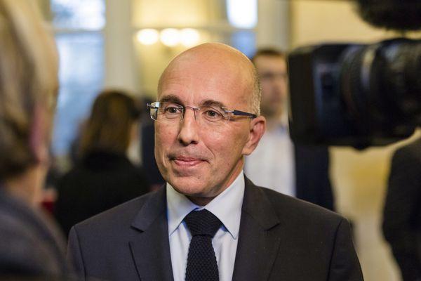 Le président du conseil départemental des Alpes-Maritimes Eric Ciotti répondant aux questions d'une journaliste.