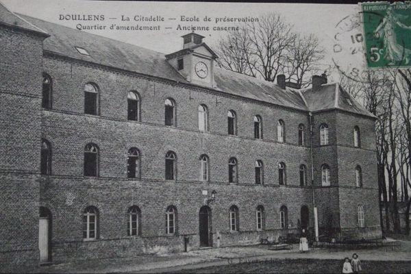 Forteresse puis prison politique, la citadelle de Doullens est devenu une école de préservation pour femmes au début du XXe siècle.