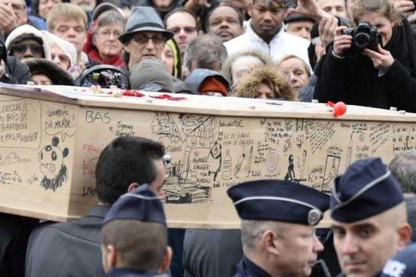 Le cercueil de Tignous est griffonné de mots et de dessins de ses proches.
