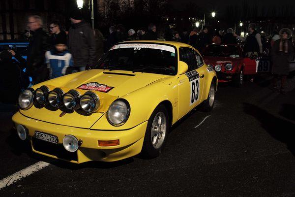 La Porsche 911 SC de 1979. Impossible de la manquer, au bruit du moteur et la la couleur. Pilotée par une équipage français.