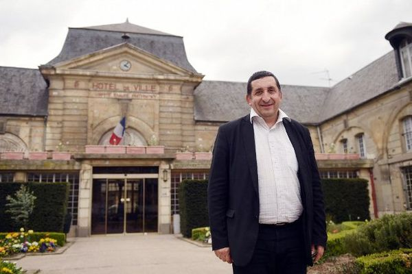 Elu à Stains, Azzédine Taïbi est le premier maire issu de l'immigration maghrébine en Seine-Saint-Denis. Tout un symbole pour les banlieues.