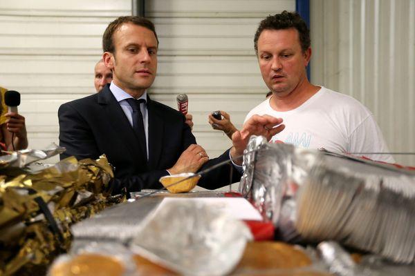 Emmanuel Macron, en visite chez Ecopla en 2016. Ici avec Christophe Chevalier, représentant des salariés.