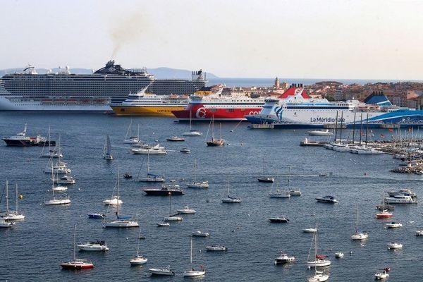 Des fumées remplies de soufre s'échappant des navires. À Ajaccio, le spectacle est devenu quotidien.