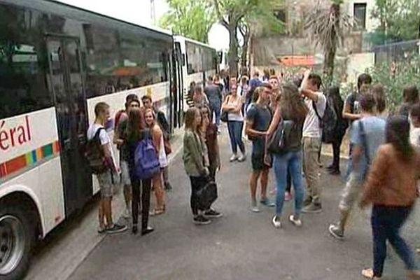 Céret (Pyrénées-Orientales) - les élèves du lycée Déodat de Séverac attendent les cars scolaires pour rentrer chez eux - 2 septembre 2015.