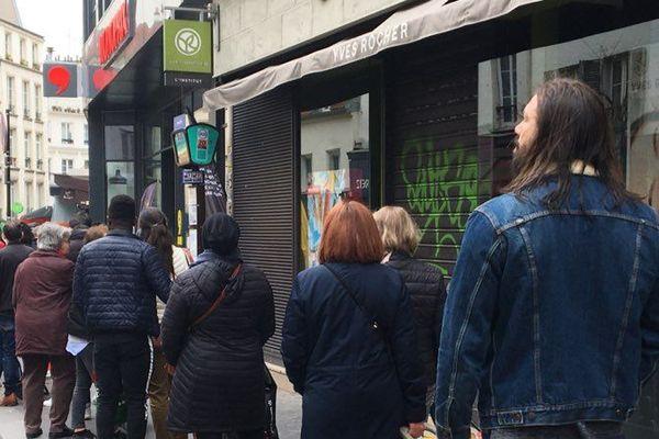 Du monde devant certains magasins à Paris ce lundi matin, pour faire ses courses : ici une file d'attente devant un Monoprix, rue de Belleville (19e arrondissement).