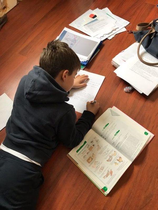 Les élèves s'adaptent et tentent de continuer à travailler à la maison