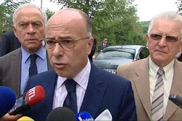 Bernard Cazeneuve, ministre de l'Intérieur, s'est rendu au centre d'accueil pour migrants de Pouilly-en-Auxois, en Côte-d'Or, vendredi 17 juillet 2015.