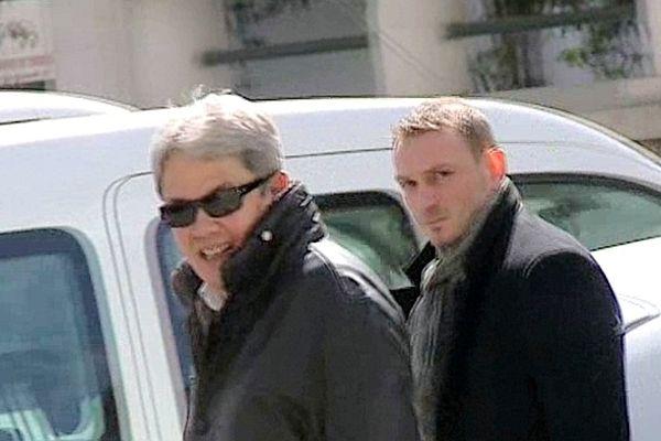 Montpellier - Nicolas Vizioz (à droite), ex-sergent du 3e RPIMa de Carcassonne, auteur des tirs qui ont fait 16 blessés, lors de la démonstration militaire et l'un de ses avocats Jean-Robert Phung - 9 avril 2013.