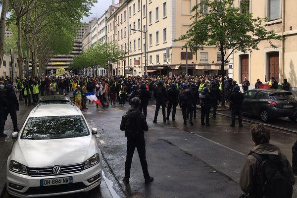Cours Eugène Deruelle, environ 400 Gilets jaunes qui veulent se rendre au centre commercial