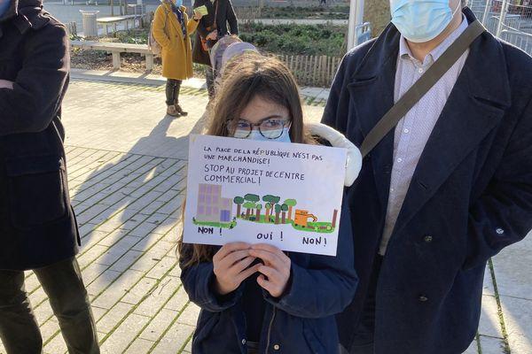 Suzanne fait partie de la quarantaine de personnes réunies ce matin pour protester contre l'abattage des tilleuls.