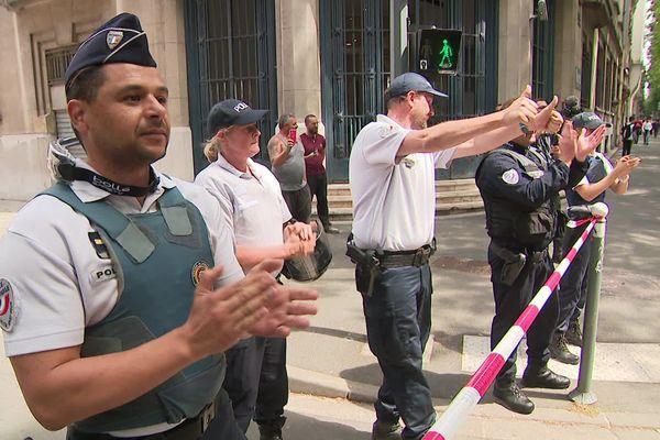 A Lille, des policiers ont applaudi au passage du cortège des soignants.