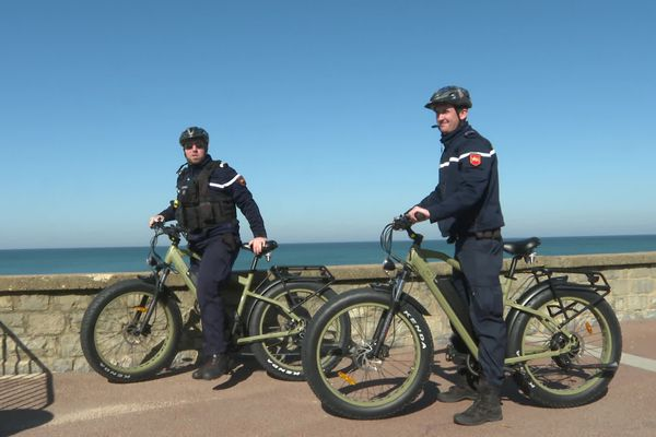 Des bicyclettes de plage ont été prêtées aux gendarmes par un commerçant, afin qu'ils puissent patrouiller rapidement partout sur le littoral.