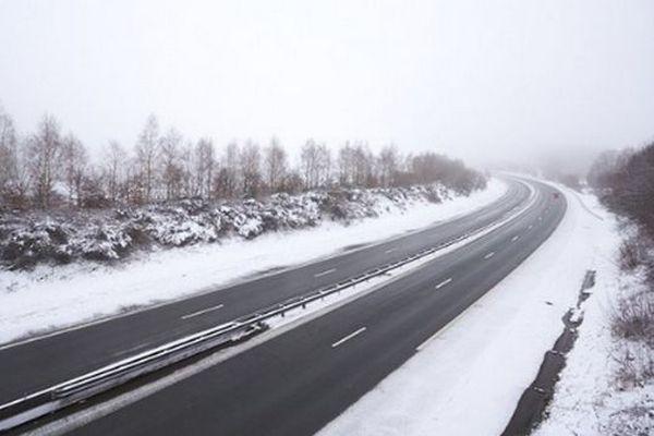 La neige tombe à basse altitude dans le Gard ce lundi 4 janvier. Des opérations de déneigement ont notamment été réalisées sur l'A9.