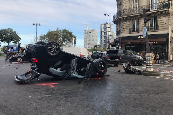 Le véhicule retourné suite à l'accident.