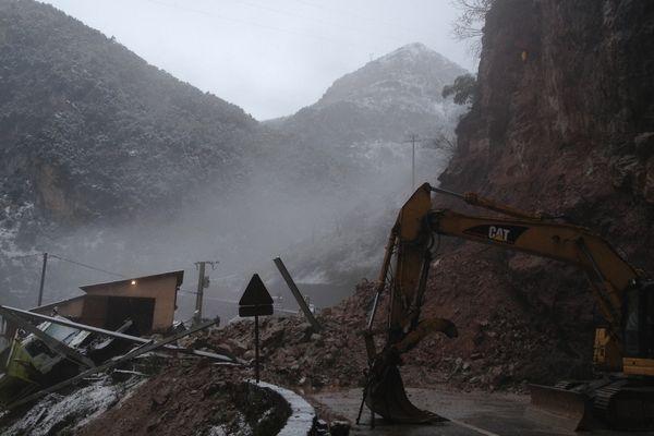Plus de 2 000 m3 de roches se sont effondrées sur la route