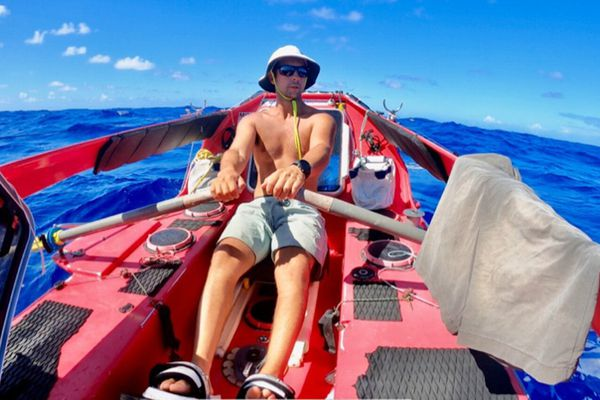 Guirec Soudé dans son embarcation rame vers Saint Barthélemy dans les Caraïbes