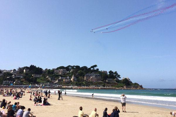 La plage était remplie, samedi 19 août, pour observer la Patrouille de France fendre le ciel.