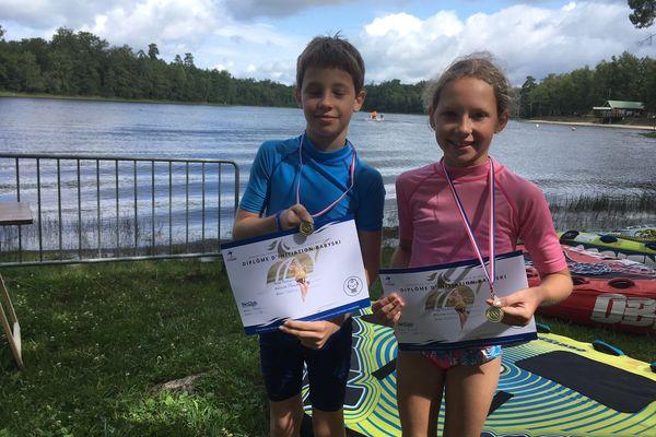 Un diplôme de ski nautique et une médaille pour frimer, succès garanti pour Alexander et sa sœur à la rentrée