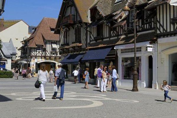 Un décret publié le 7 février 2016 crée une zone touristique internationale a été créée à Deauville (Calvados), permettant l'ouverture des magasins le soir et jusqu'à minuit.