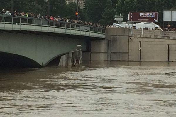 La Seine au plus haut. Le Zouave a de l'eau jusqu'aux hanches.