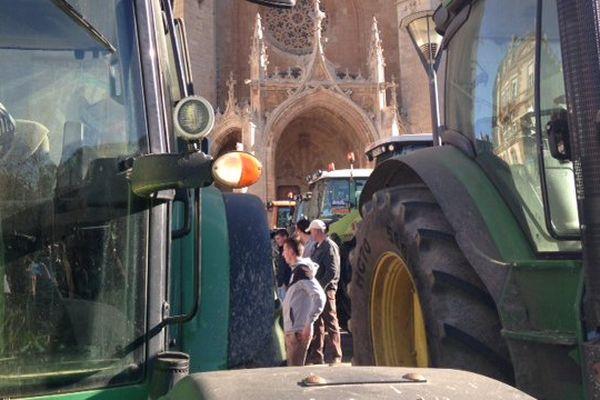 Manifestation d'agriculteurs devant la cathédrale de Mende, le 27 janvier 2016.