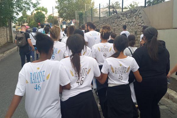 Les participants à la marche blanche portent un t-shirt en hommage à Rayanne.