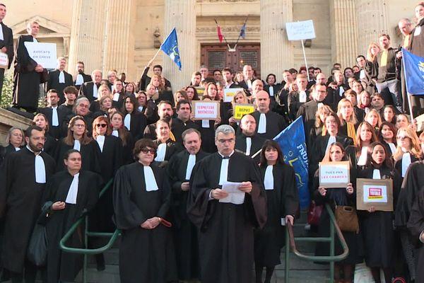 Perpignan - les avocats en grève devant le palais de justice - février 2020.