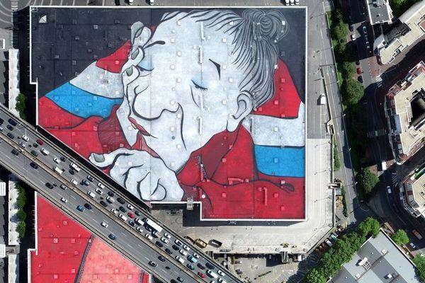 La fresque représente une vieille dame peinte sur une surface de 2,5 hectares.