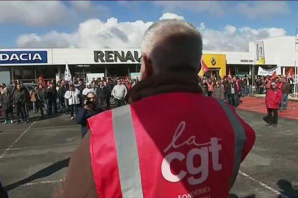 500 salariés des Fonderies du Poitou se sont rassemblés devant la concession Renault de Châtellerault sud.