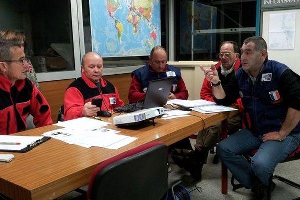 Dernier briefing des pompiers de l'urgence internationale avant un éventuel départ pour Manille dimanche en fin de matinée