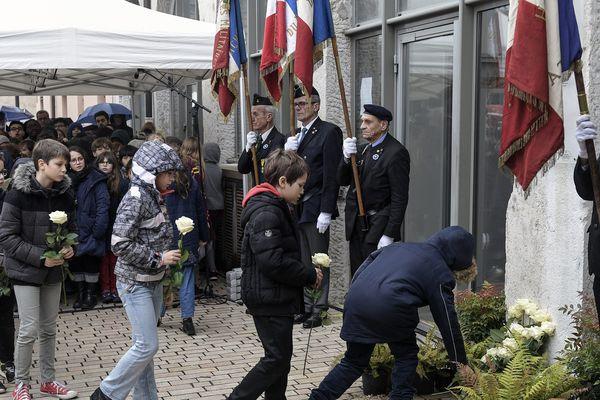 30 janvier 2020 - 75 Enfants déposent des roses lors de l'inauguration d'une plaque en mémoire des 75 enfants juifs séquestrés dans l'hôpital de l'Antiquaille en 1944 à Lyon.