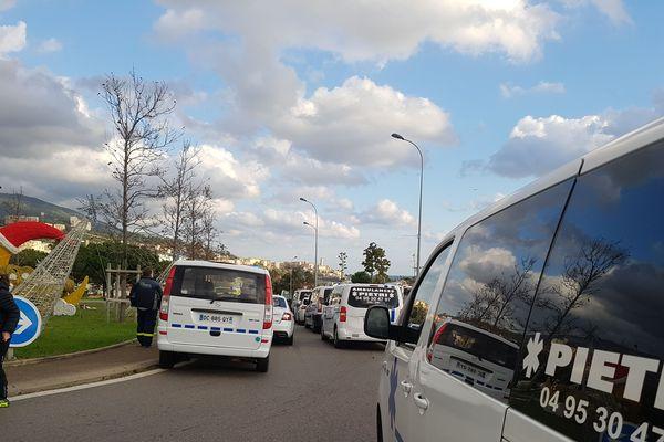 Des ambulanciers bloquent le rond-point de Montesoro à Bastia, samedi 17 novembre.