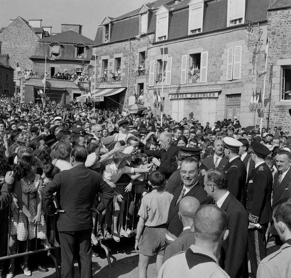 Le président de la République Charles De Gaulle serre des mains d'habitants de Quimper lors de son voyage en Bretagne le 15 septembre 1960.