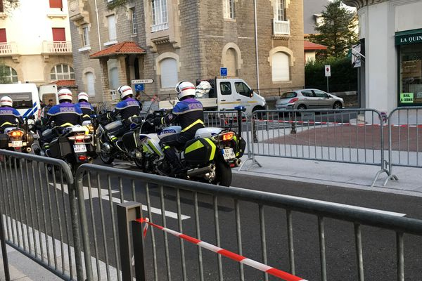 Les accès aux zones 1 et 2 ont été fermés. Les policiers examinent les badges et les macarons avant de laisser passer.